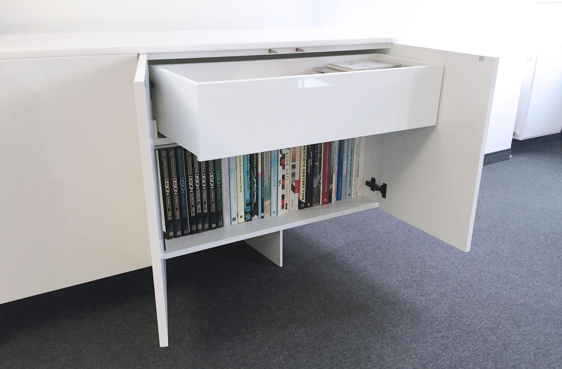 highboard auxiliator elegantes design highboard von rechteck. Black Bedroom Furniture Sets. Home Design Ideas